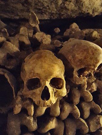 Les Catacombes : paredes de ossadas