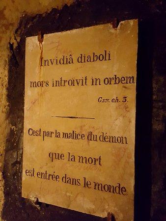 Les Catacombes : incrição nas catacumbas