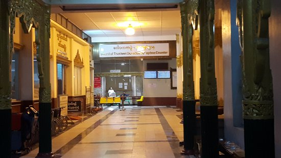 Shwedagon-Pagode: office of donation on the left hand side