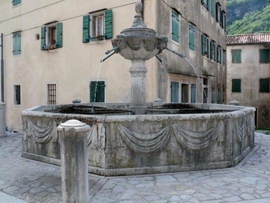 Longarone, Италия: La fontana di Castellavazzo