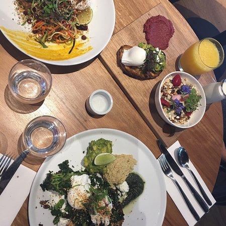 Elwood, أستراليا: Brunch all around - corn fritters, breakfast plate and asparagus salad
