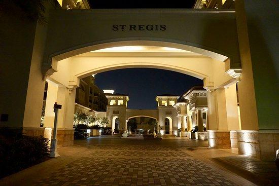 The St. Regis Saadiyat Island Resort: Entrada