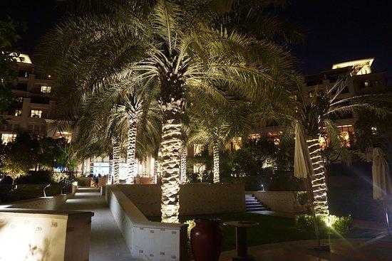 The St. Regis Saadiyat Island Resort: Vista nocturna del jardín