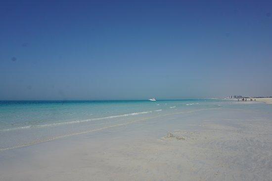 The St. Regis Saadiyat Island Resort: Playa privada del hotel