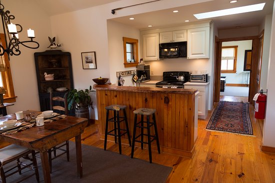 Chestertown, MD: A full kitchen and dining area in The Stones Throw Cottage