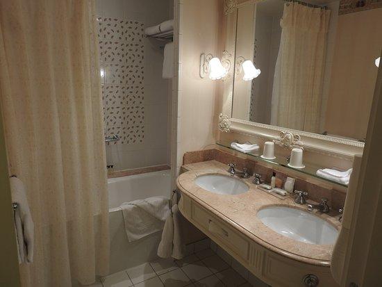 disneyland hotel salle de bain spacieuse - Les Photos De Salle De Bain