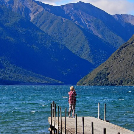 Nelson-Tasman Region, Yeni Zelanda: Lake Rotoit. The track climbs Mt. Robert that forms the right side of the valley as seen from he