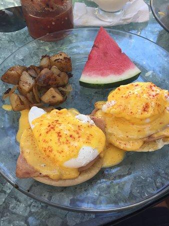 La Terraza Inn: Eggs Benedict