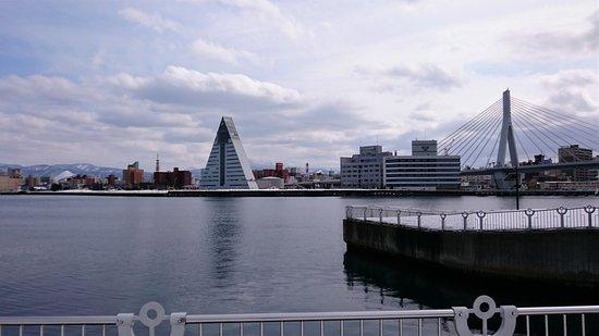 Aomori Prefecture Tourist Centerl ASPAM: 三角形地標