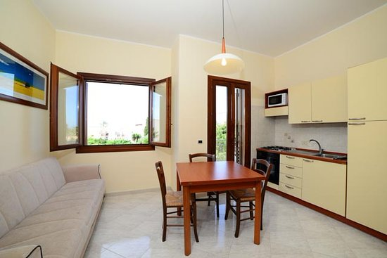 vista soggiorno lavello e microonde - Picture of Residence Smeraldo ...
