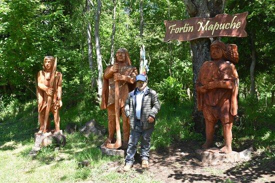 Conaripe, ชิลี: esculturas de guerreros mapuches