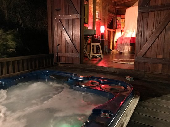 Les Bananes Vertes: View from the hot tub into the bedroom of lodge #4