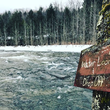 Taberg, Estado de Nueva York: The river in the winter is both wild and beautiful at Wellnesste Lodge and Cabin Rentals in NY