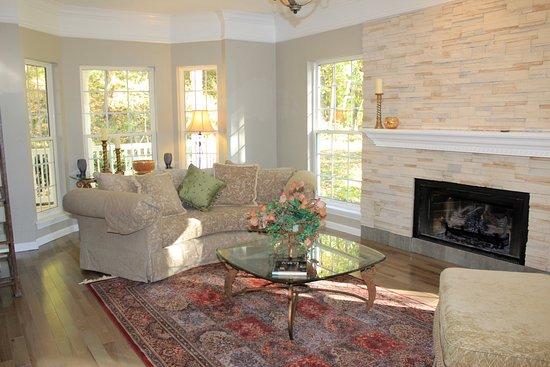 Saint Albans, MO: Living room inside of Farm House Inn.