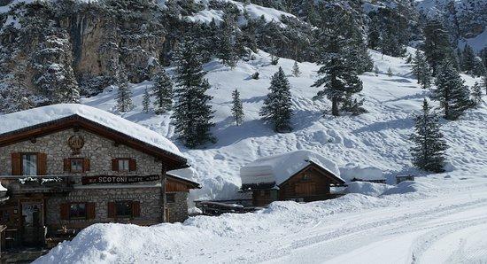 Cortina d'Ampezzo, Italy: Scotoni Hut half way down.