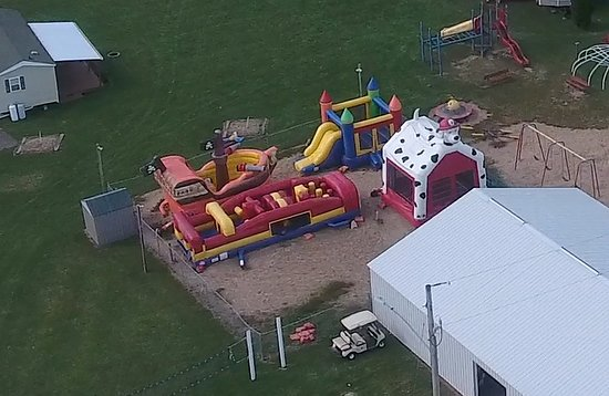 Holiday Shores Campground & Resort: Inflatable Houses near the Video Game Room