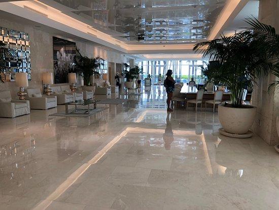 Surfside, FL: bar/lobby