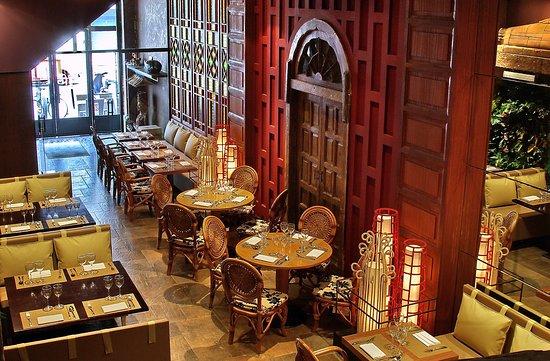 salle du bas haut plafond dans un d cor inpsir du palais. Black Bedroom Furniture Sets. Home Design Ideas
