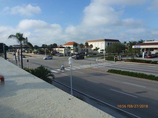Naples Park Central Hotel: vista desde la terraza a la av. del hotel