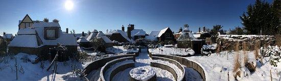 Ticehurst, UK: Snowy pub garden and lodges