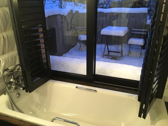 Ticehurst, UK: Bath with a (snowy) patio view