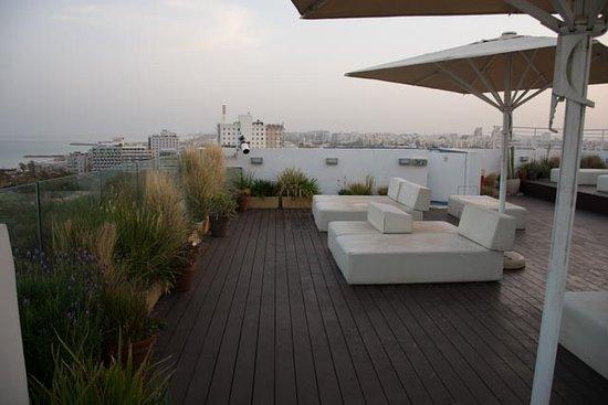 ميلودي هوتيل: Rooftop at sunrise.