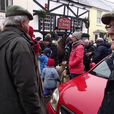 Modbury, UK: Boxing Day hunt outside the Exeter Inn.
