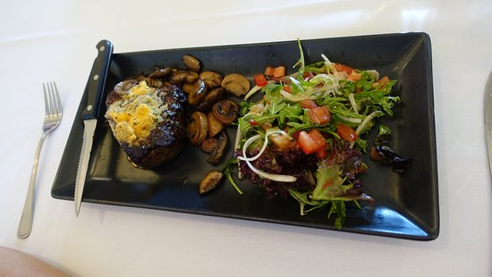 Kurrajong, Australia: Rump steak with salad
