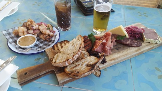 Guildford, Austrália: Share board , Also salt and pepper squid . We ended up getting more bread .