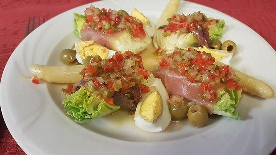 Zizur Mayor, Ισπανία: Cogollos de Tudela con anchoas,atún ahumado,yemas de espárragos y salsa vinagreta