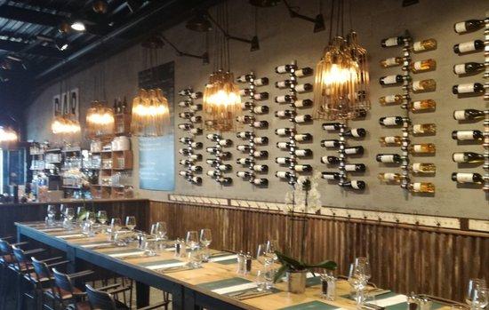 Coutras, França: tables hautes, large choix de vin