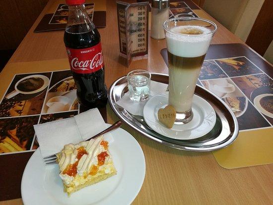 Balatonkenese, Hungría: Latte Macchiato Rákóczi túróssal