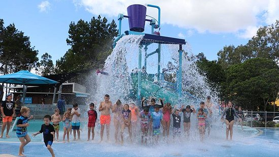Hervey Bay, Australia: FREE Fun under the Tipping Bucket!