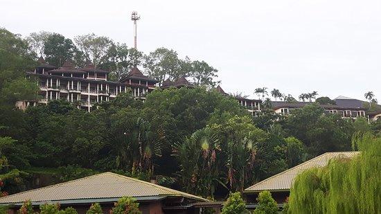 Damai Beach Resort : ligging tegen de berg