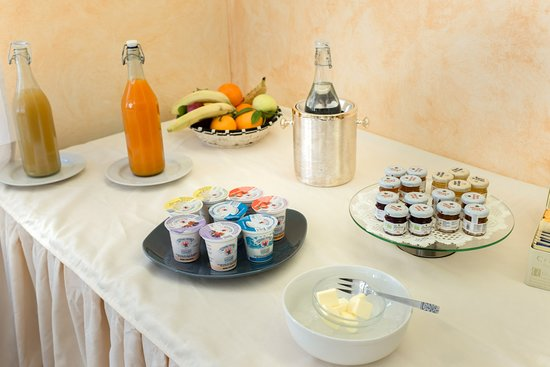 Hotel Nobile: Buffet Breakfast