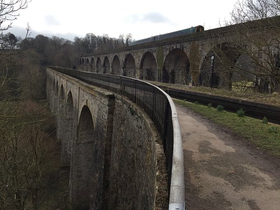 Chirk, UK: Arriva Welsh train on the viaduct
