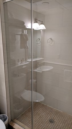 Villa Italia Hotel: Big shower stall