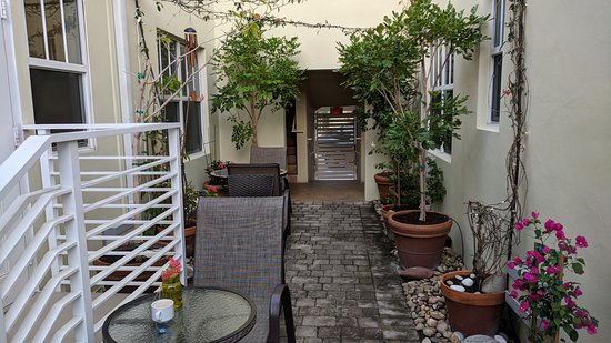 Villa Italia Hotel: Patio where you have morning breakfast