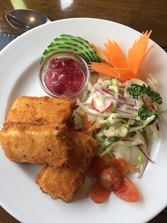 Dairsie, UK: Deep fried brie with apple and cranberry sauce