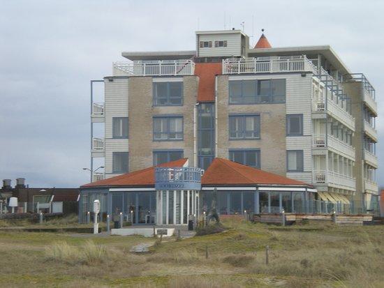 Hotel Noordzee : arrière de l'hotel et vue sur la véranda restaurant