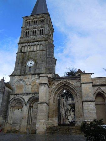 La Charite-sur-Loire, France: Clocher Sainte Croix et portique gothique menant à l'église Notre Dame