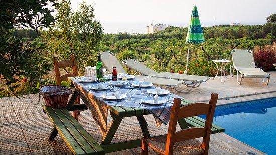 Stavromenos, Grecia: Vorbereitung zum Grillen am Pool