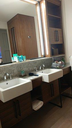 Disneyu0027s Coronado Springs Resort: Dual Sinks