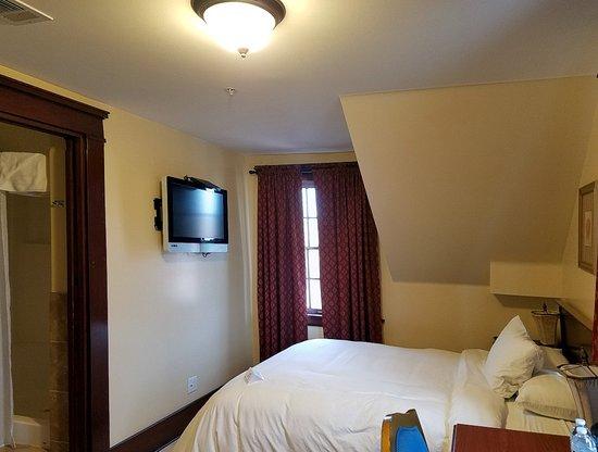 Glen Tavern Inn: Standard Room (#205)