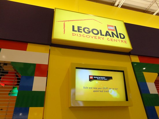 Concord, Canadá: You can take your kids to Legoland, where they can play! Or go there in the adults night