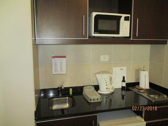 Icaro Suites: Microwave, sink