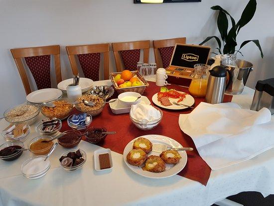 Auning, Danmark: Morning breakfast; basic but varied.