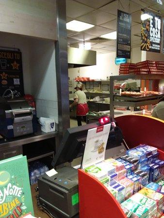 Caponago, Italia: Autogrill con pizzeria spizzico