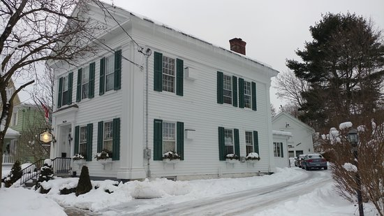 The White House Inn: Front view. Our room is the bottom room closet in the picture.