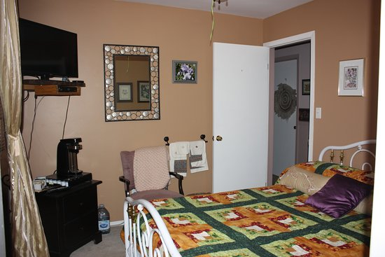 Cayuga, Canadá: Golden Glow room, cosy, double bed, TV, Coffee maker, shared bathroom
